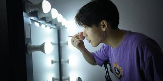 化妆是女性专利?法媒:男性成中国化妆品市场新宠